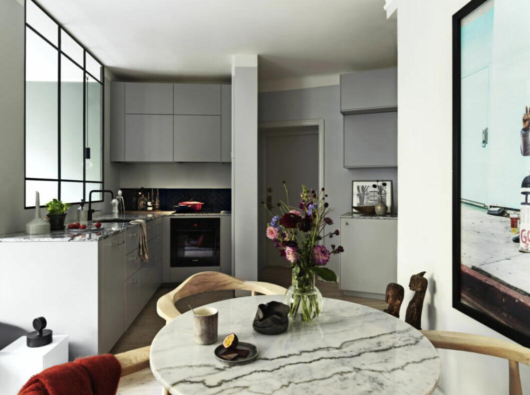 Öppet kök i olika nyanser av grått