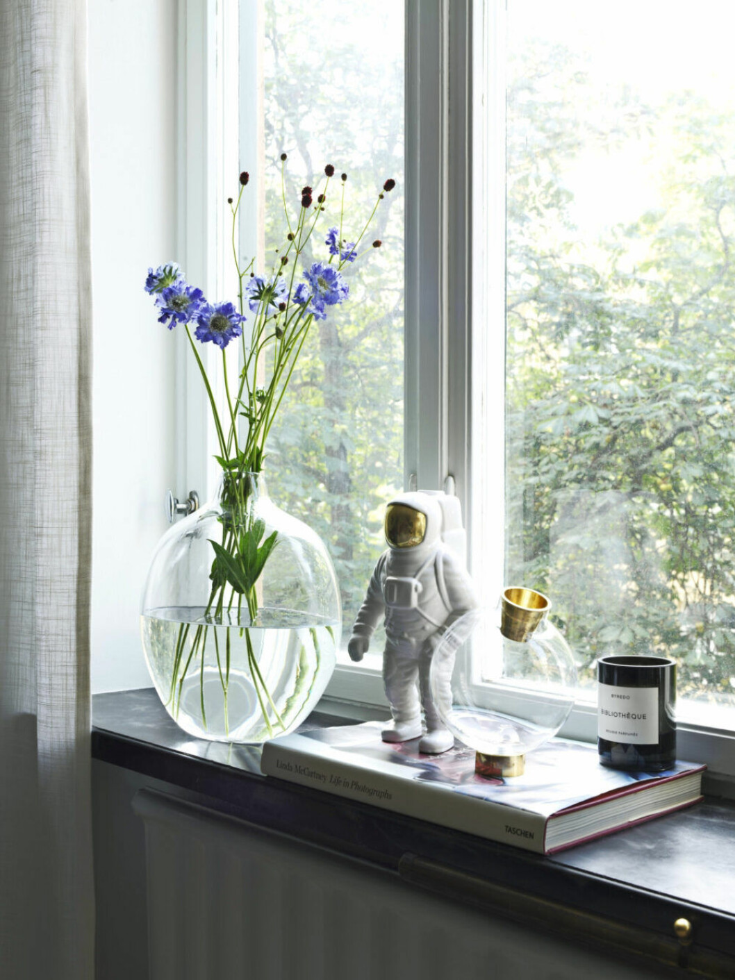 Stilleben i fönstret med vas från Fogia
