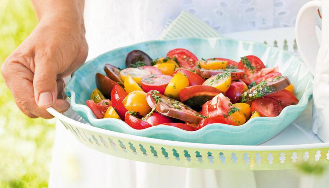 Blandad tomatsallad med basilika.