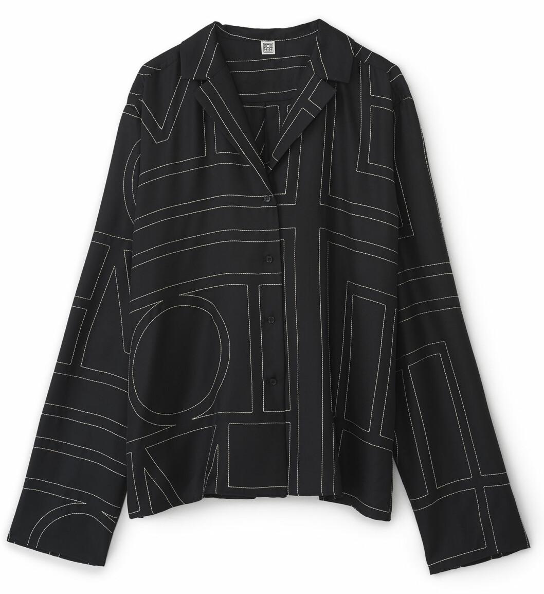 Avslappnad oversized skjorta i 100% silke från Totême