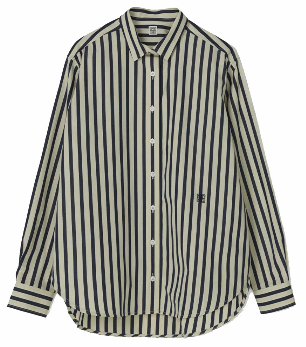 En oversized skjorta funkar alla dagar i veckan, oavsett väder. Denna variant kommer från Totême.