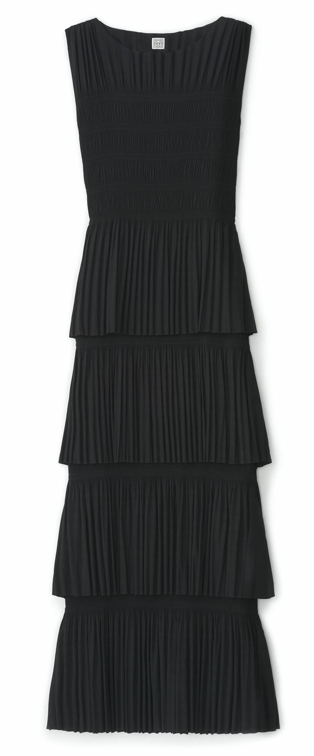 Elegant plisserad långklänning från Totême
