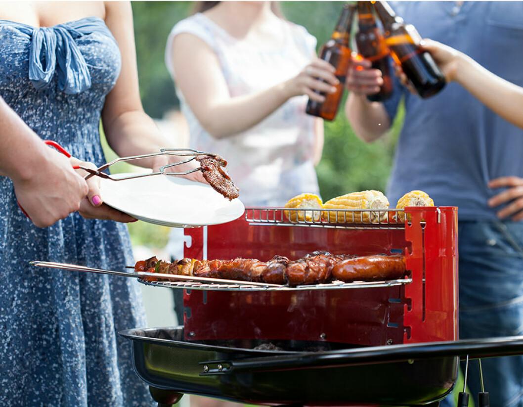 Ta fram grillen till trädgårdsfesten.