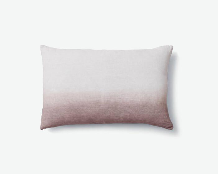 Färgstarka shoppingtips för vardagsrummet, tvåfärgade kudden Indigo Cushion från &Tradition