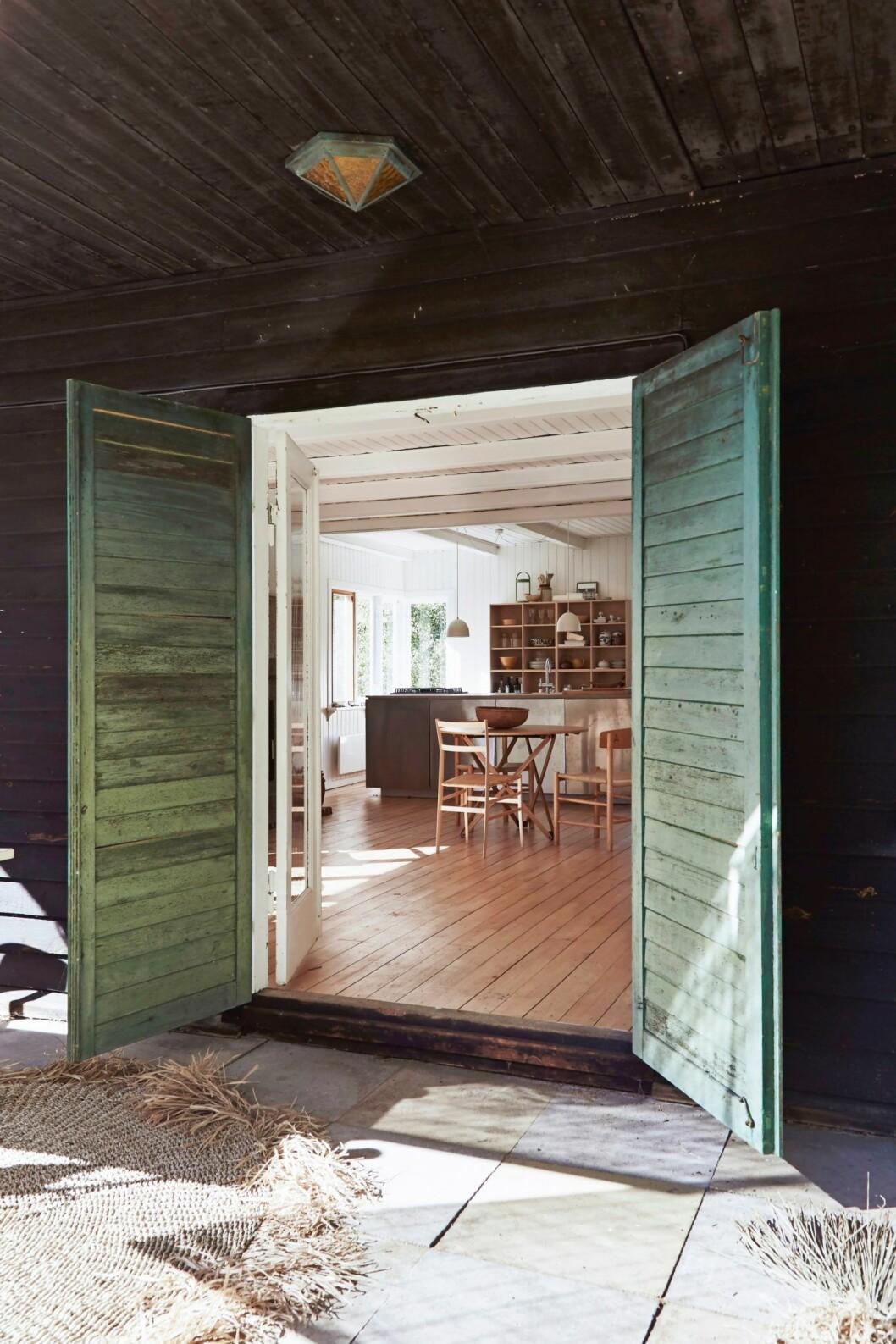 Grönmålade dörrar i trähuset på Själland