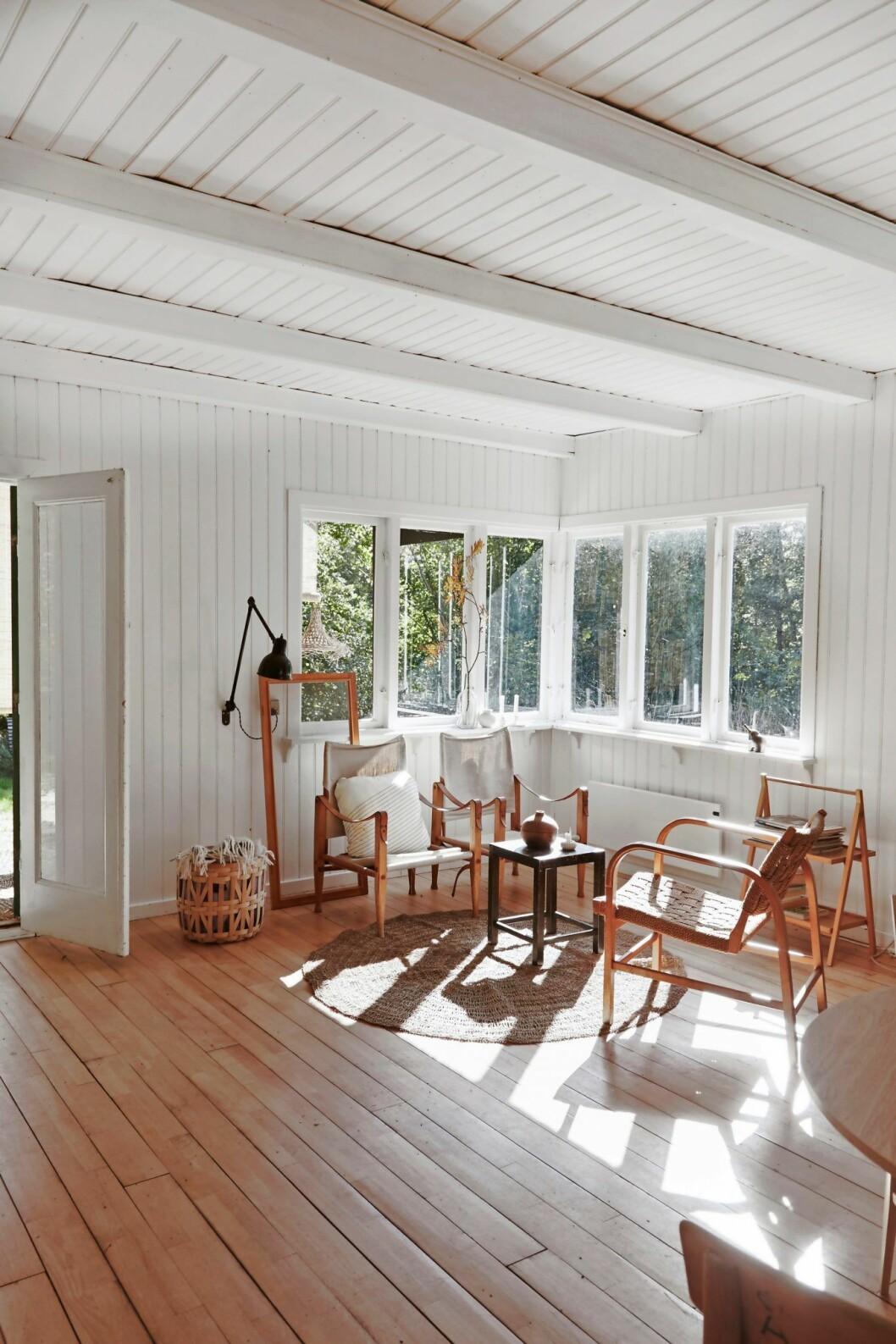 Ljust vardagsrum i trähuset på Själland