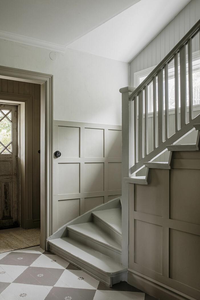 trappa med väggpaneler