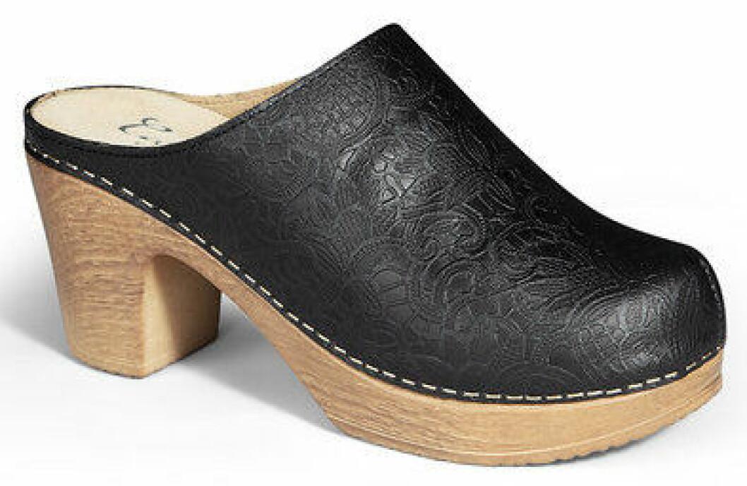 träsko med dekorativt svart läder.