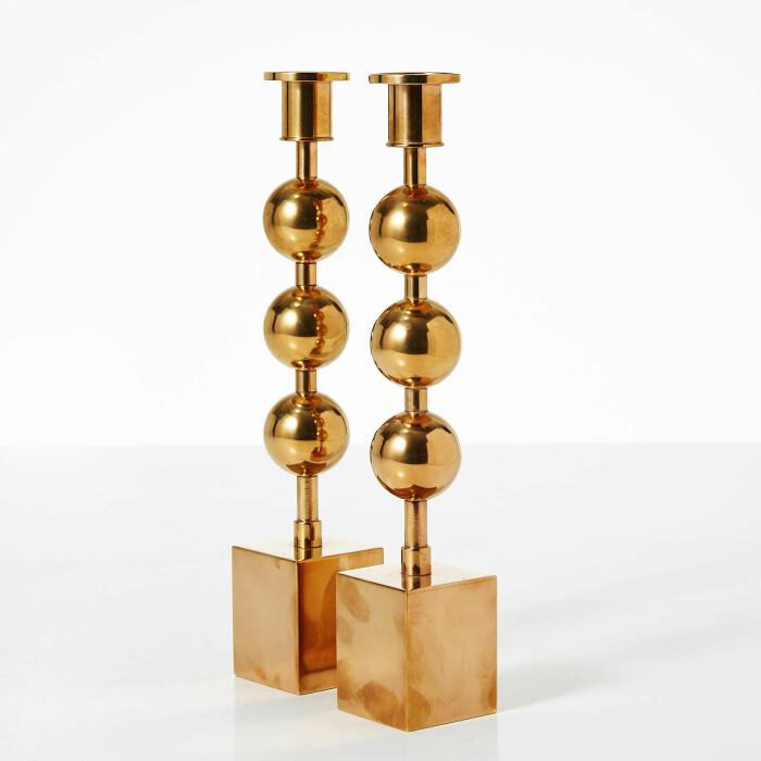tre kulor ljusstakar från svenskt tenn på stockholms auktionsverk