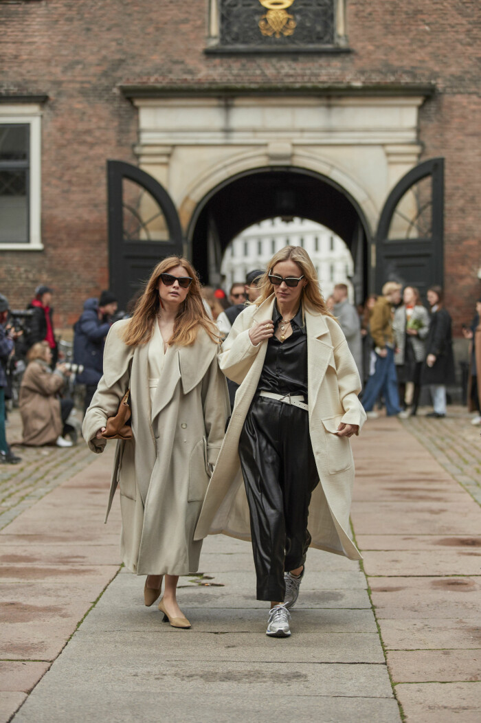 Trenchcoaten är ett basplagg att lita på! Streetstyleinspiration från modeveckan i Köpenhamn.
