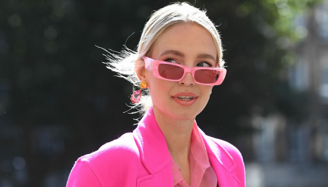 rosa solglasögon och rosa kavaj