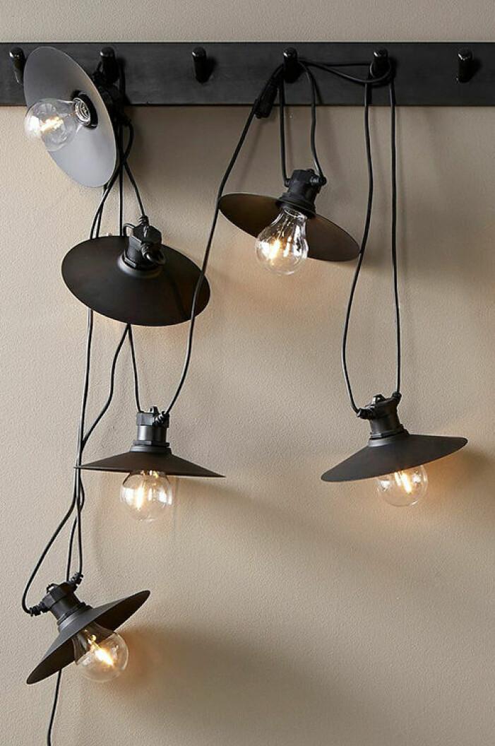 Trendig ljusslinga med metallskärmar från PR Home