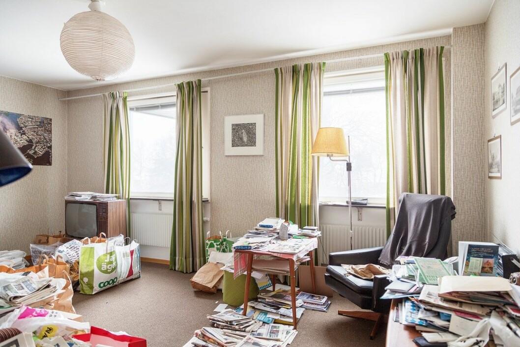 Vardagsrum med randiga gardiner.