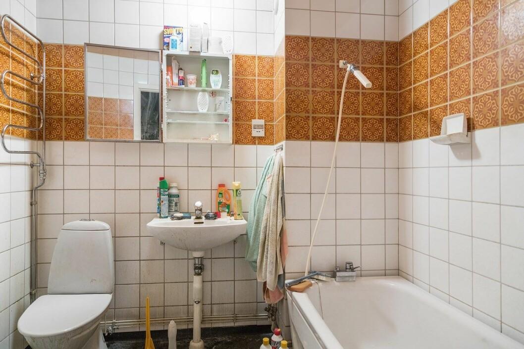 Smutsigt badrum med badkar.