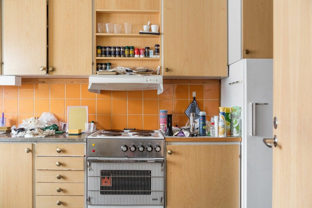 kök med köksluckor i trä.