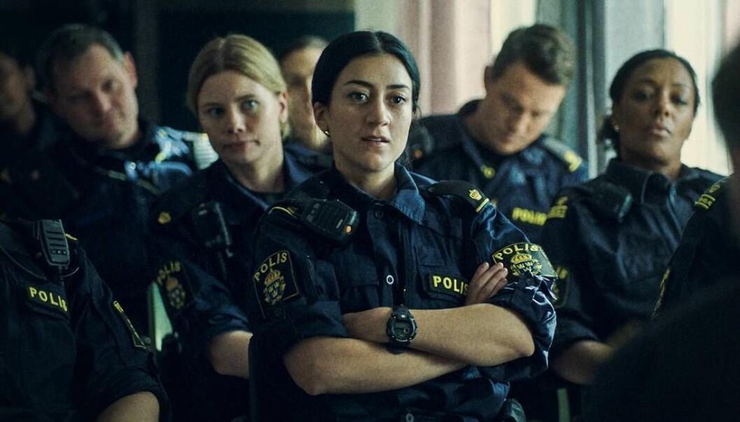 Gizem Erdogan som polis