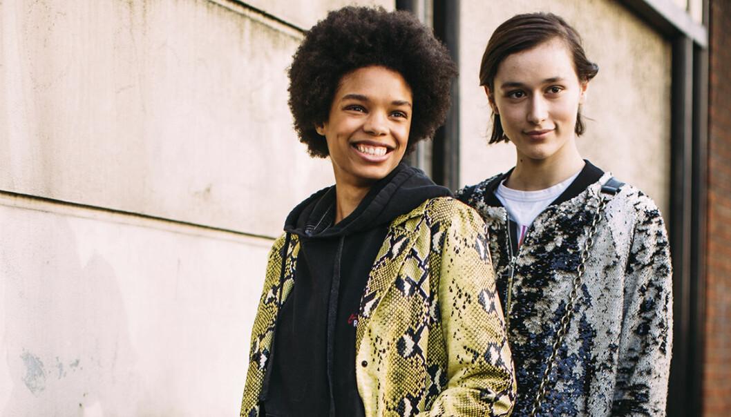 Två unga kvinnor poserar