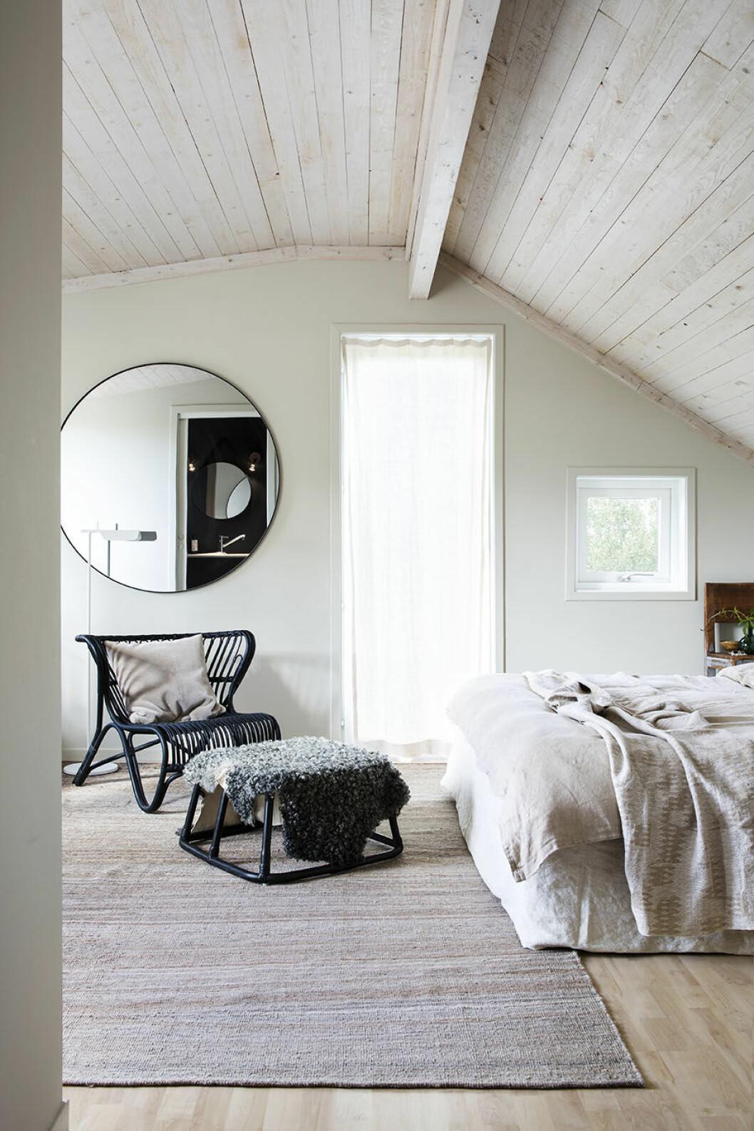 rund spegel, snedtak, sovrum