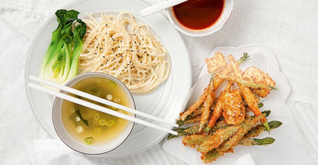 Udonnudlar med misobuljong och tempura.