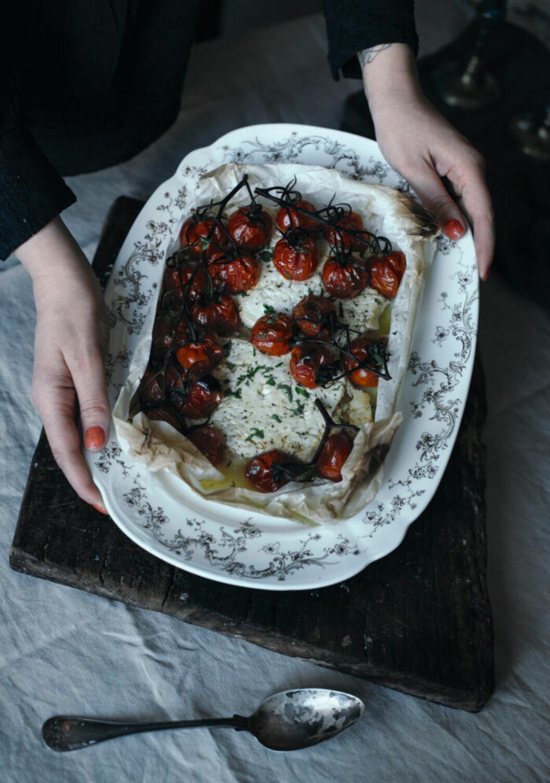 Recept på ugnsbakad fetaost med saftiga tomater