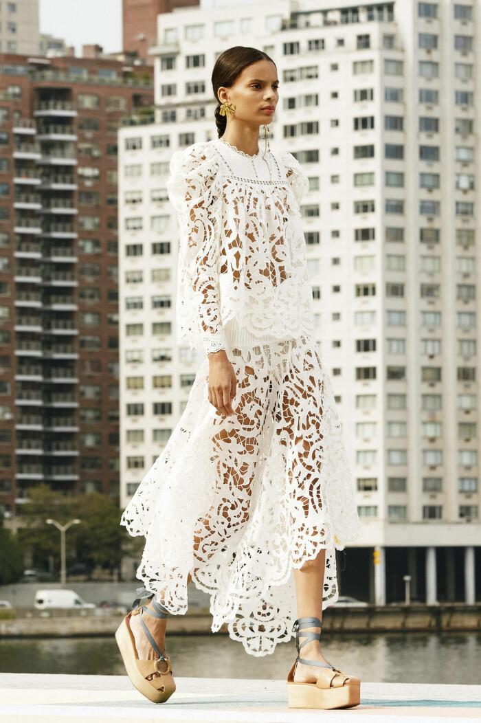 Ulla Johnson SS21 vit klänning med hålbroderi.