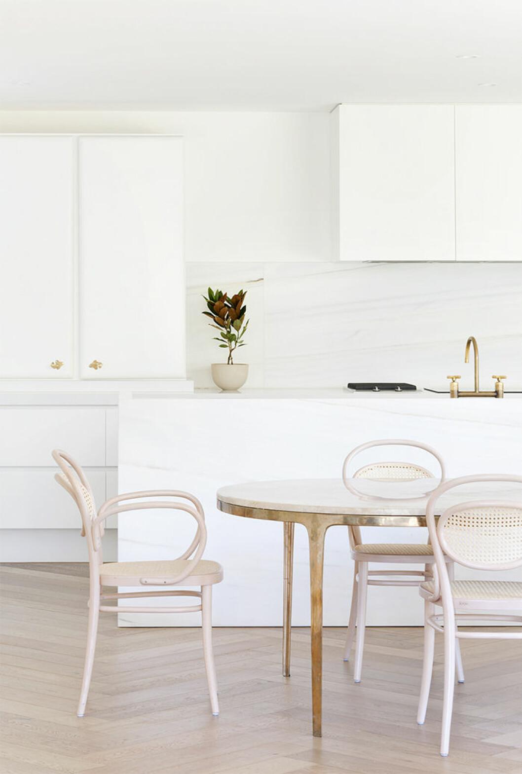 Köksö i marmor och guldkran