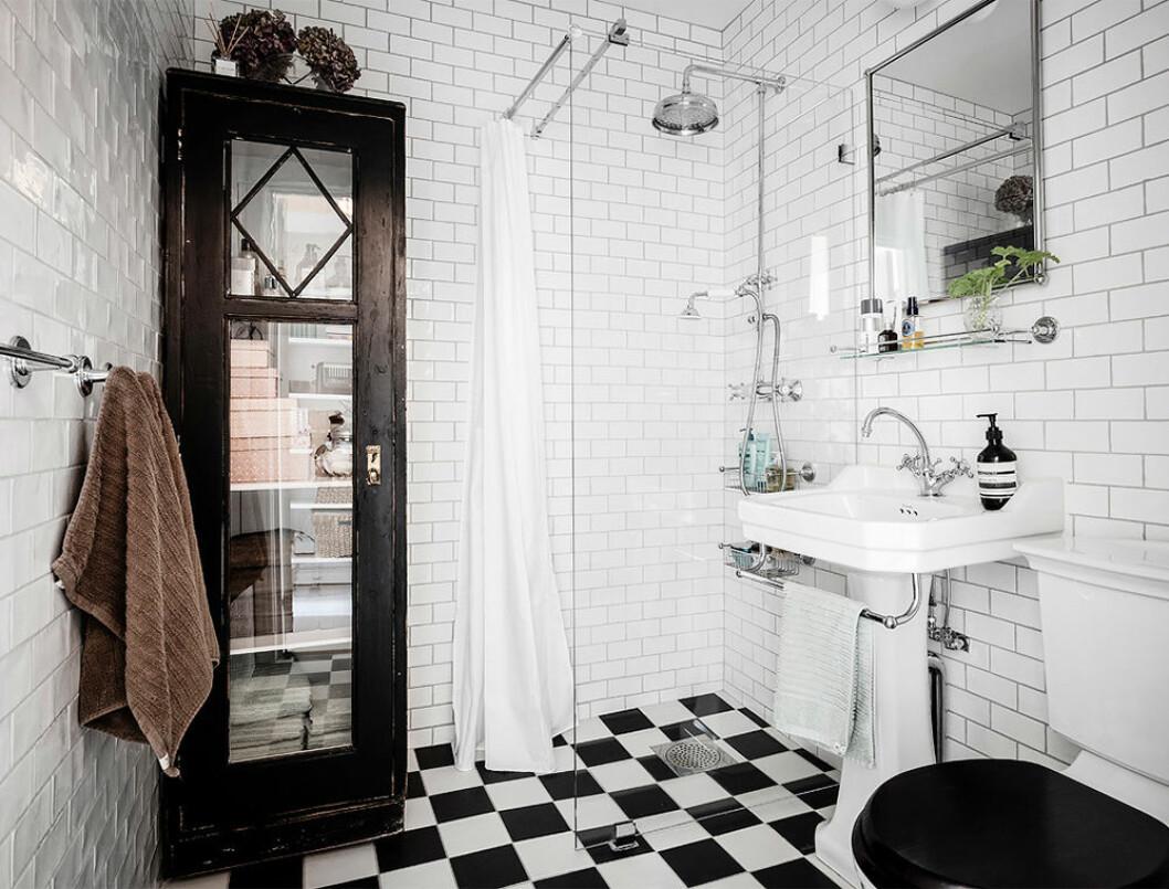 Vackert badrum med patina och klassiska detaljer