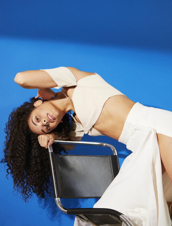 Modellen har på sig topp från Jacquemus/MyTheresa och kjol från Bite Studios