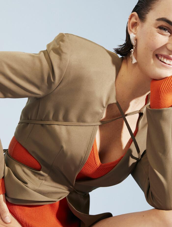 Modellen har på sig kavaj från Jade Cropper och body från Florence Owens