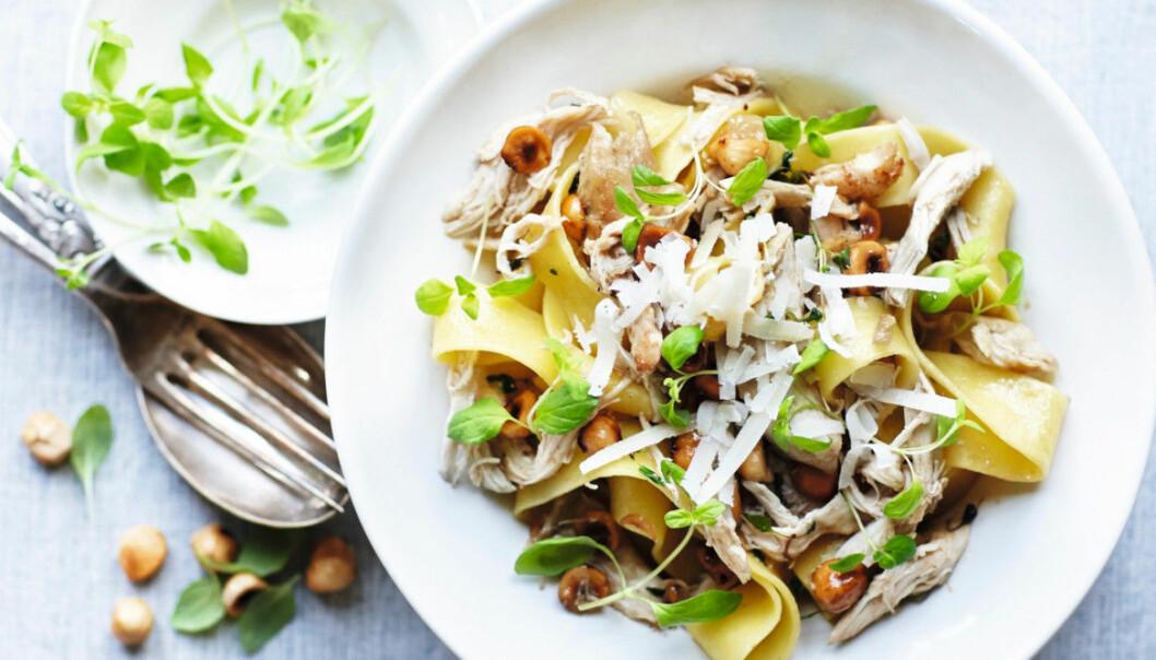 Pasta med kyckling, mejram, hasselnötter och parmesan