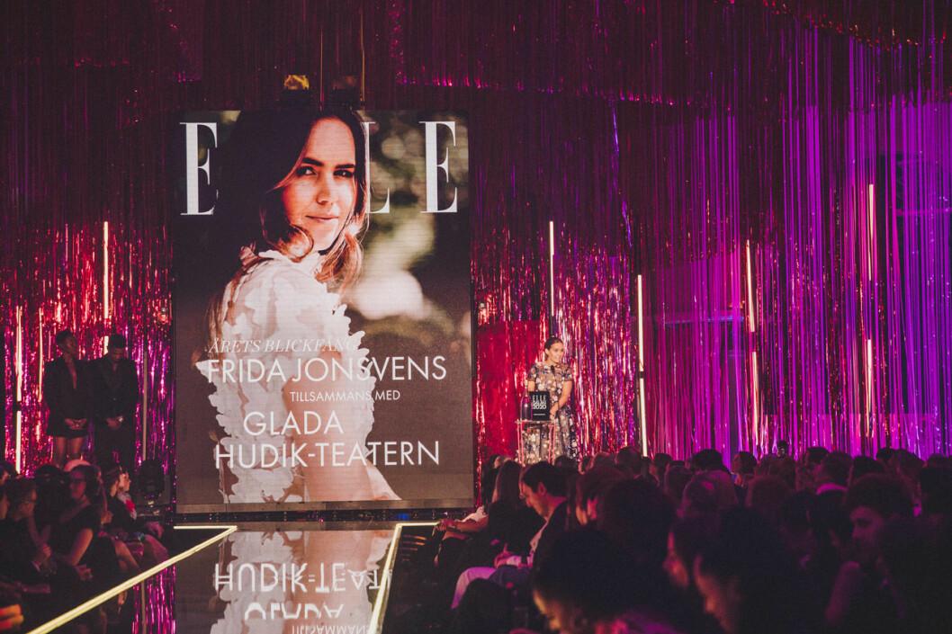 """Frida Jonsvens tar emot sitt pris """"Årets blickfång"""" på scen."""