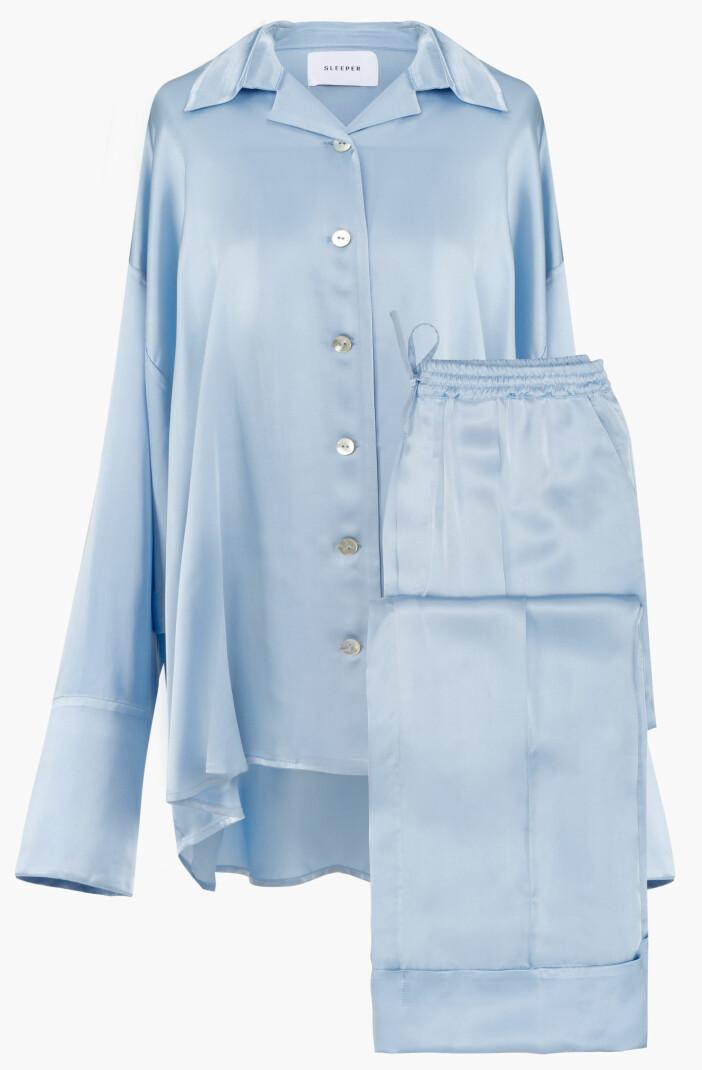 Vacker och lyxig isblå pyjamas i onesize från Sleeper. S