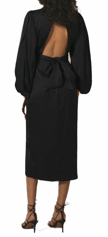 Vadlång klänning från By Malina med dekorativ rygg.