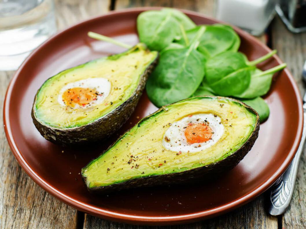 Bakad avokado med vaktelägg. Foto: Shutterstock