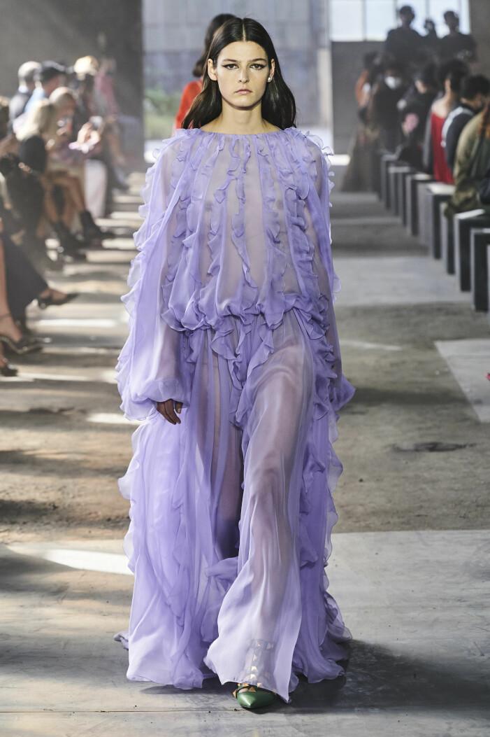 Lavendel lila transparent klänning Valentino 2021 vårmode