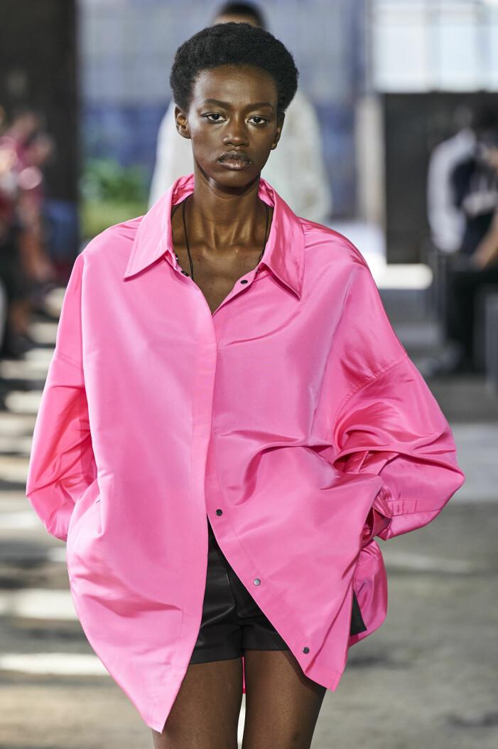 Valentino SS21. Välj basgarderobens klassiska nyckelplagg i vårens poppiga rosa – mer glädje i både humör och garderob garanteras!