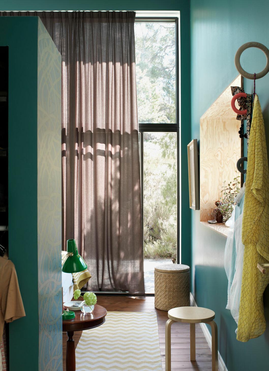 Generösa fönster bidrar med vackert ljusinsläpp. Pall, Alvar Aalto, Artek. Krokar, Hay, och den gröna lampan är ett gammalt loppisfynd.