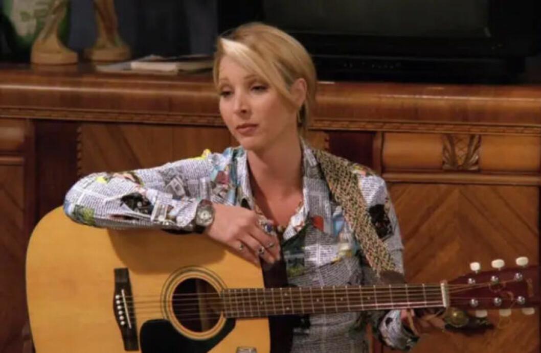 Phoebe spelar gitarr