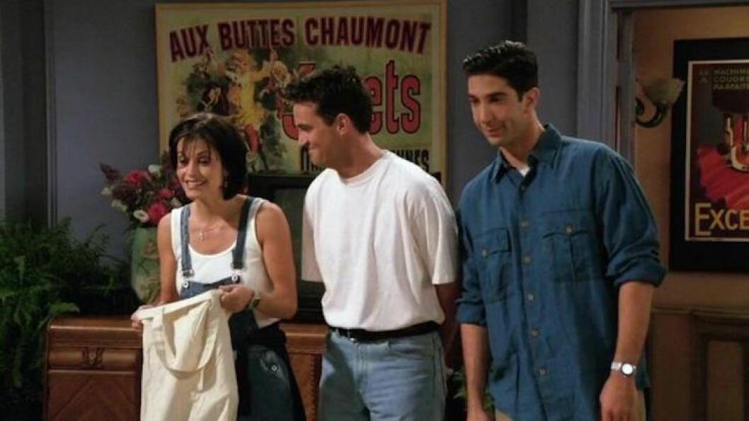 Monica, Ross och Chandler framför postern i Monicas lägenhet