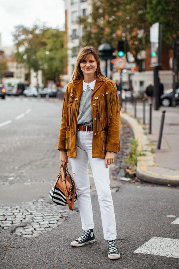Vardags-looken med en twist! Satsa på klassiker som vita jeans, svarta Converse och den grå kashmirtröjan. Toppa med it-plagg som blusen med krage och fransiga mockajackan.