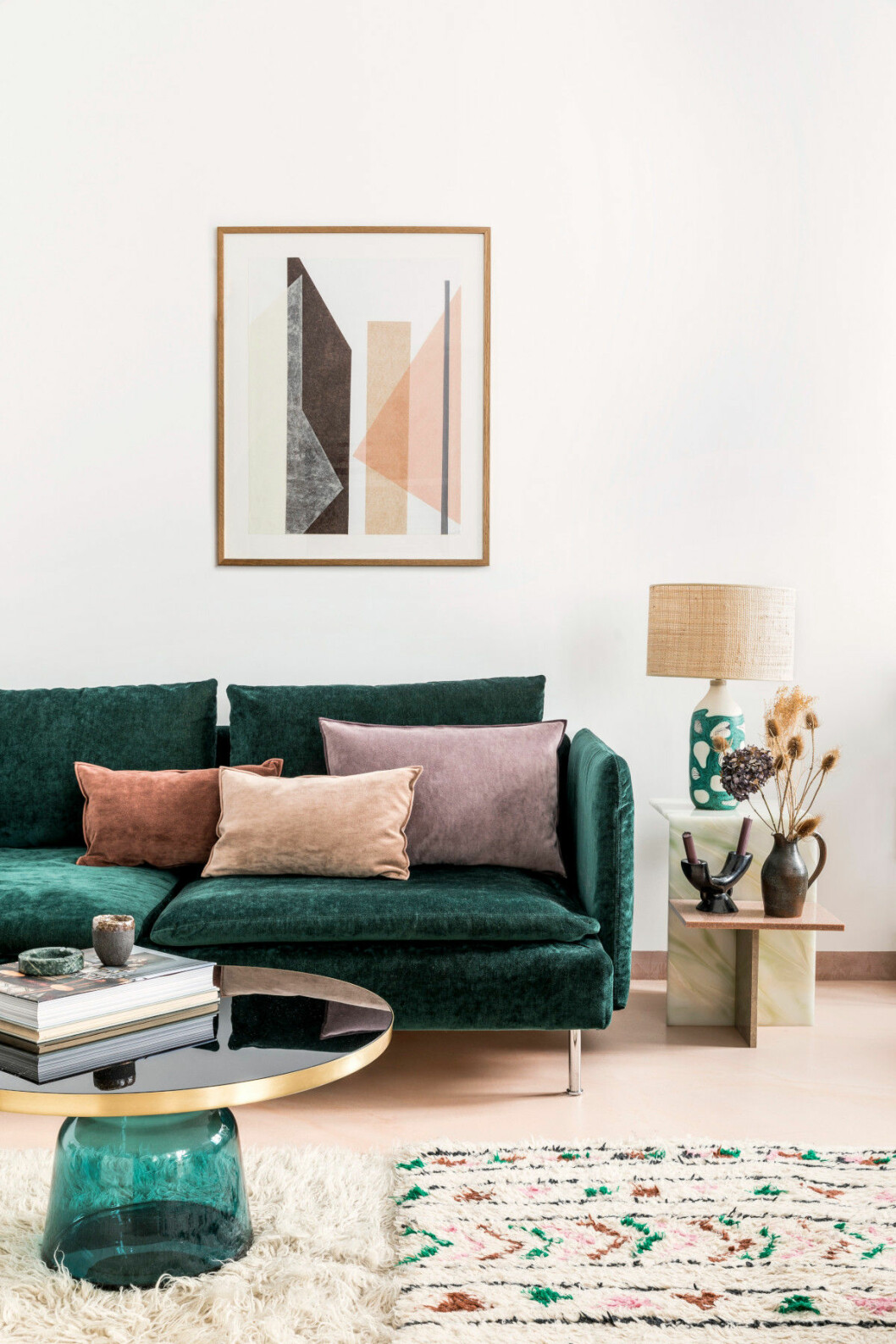 Vardagsrum i Paris hos inredningsarkitekten Rebecca Benichous