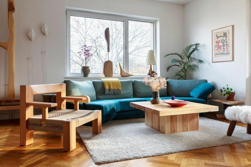 Vardagsrum i trä hemma hos träkonstnären i Stockholm
