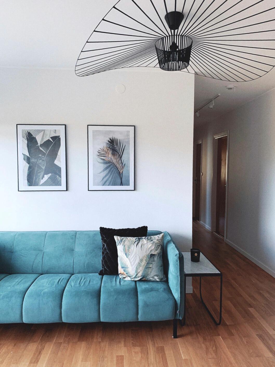 Vardagsrum med blå soffa i vårens trender 2020
