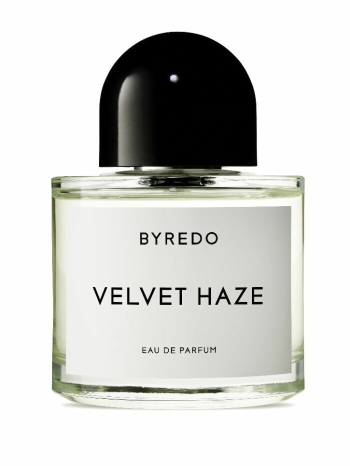Varför inte låta sammet sprida sig över även till doft? Doften Velvet Haze från Byredo blir pricken över i:et.