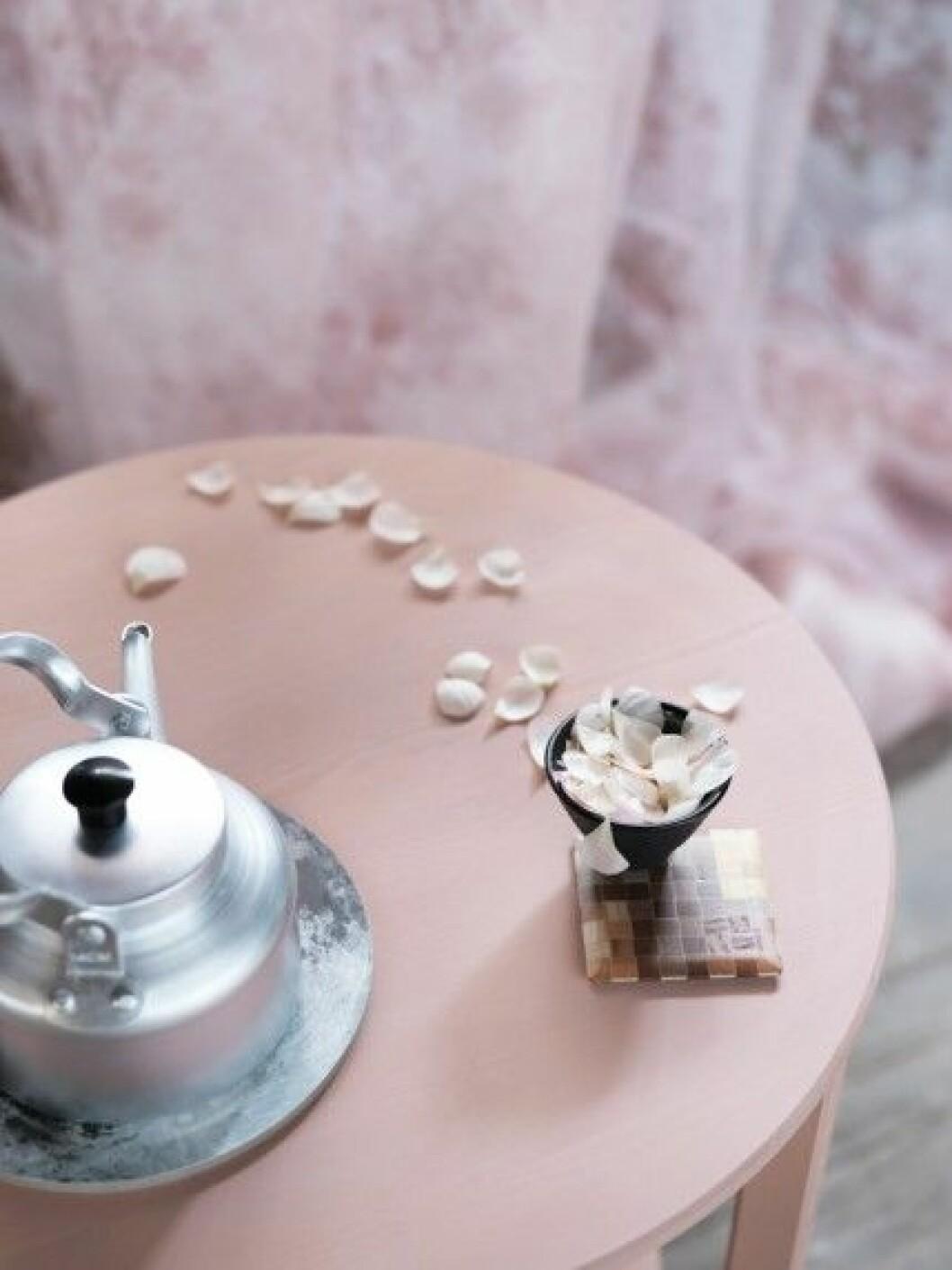 Vårinspiration-inredning Lo-bjurulf-Stellan-herner-rosa-bord-tekanna-blommig-gardin