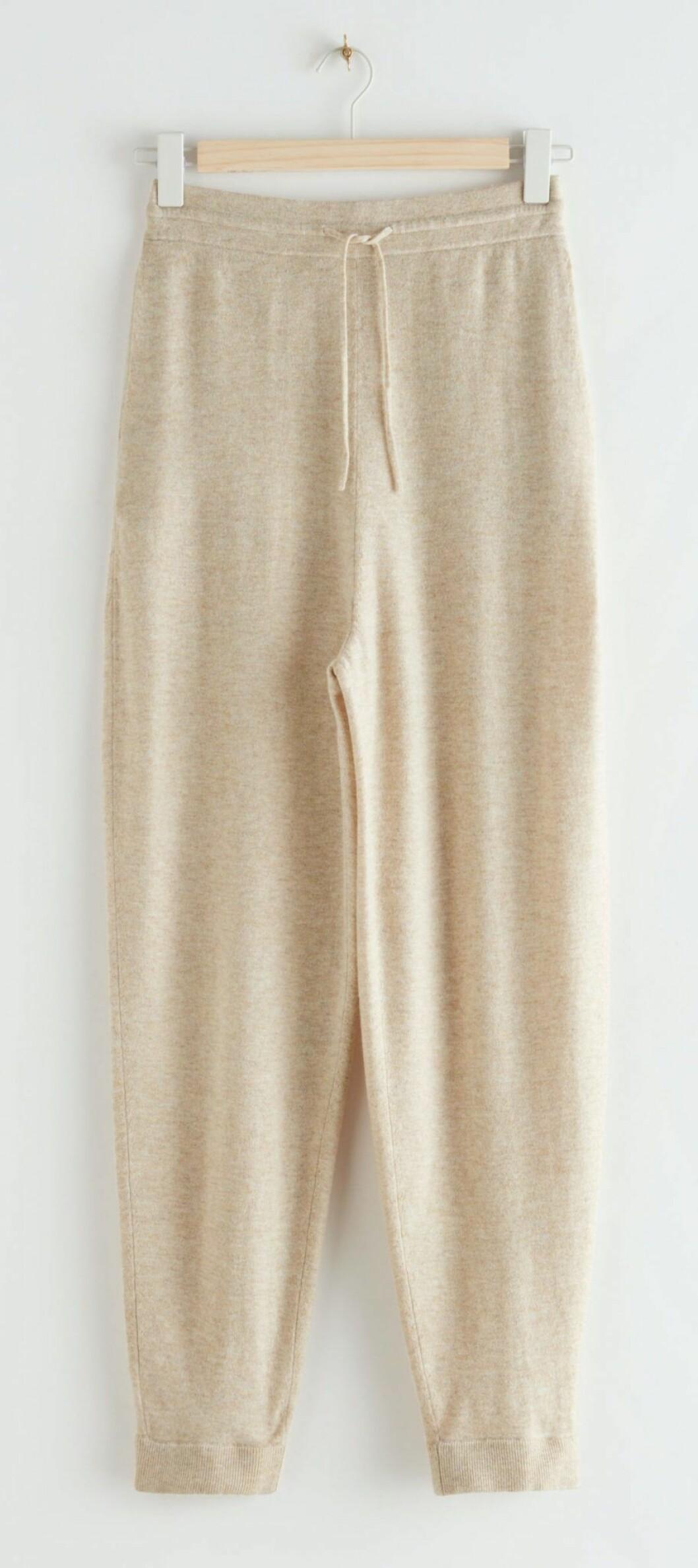 Stickade byxor i jogging-liknande modell.