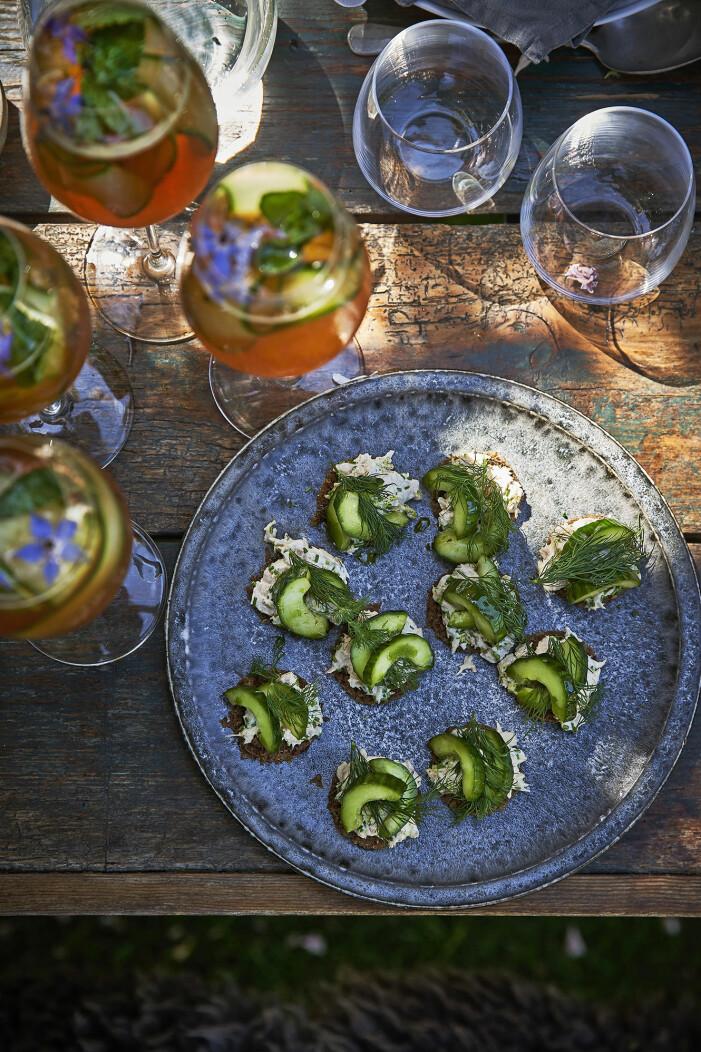 Bjud på varmrökt lax-snittar med grillad gurka