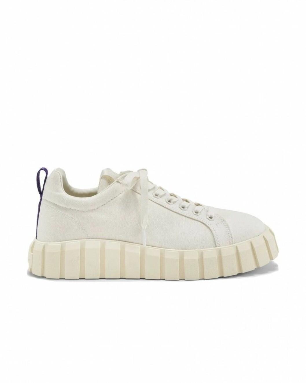 Snygga vita sneakers med rejäl och detaljerad sula från Eyytys.