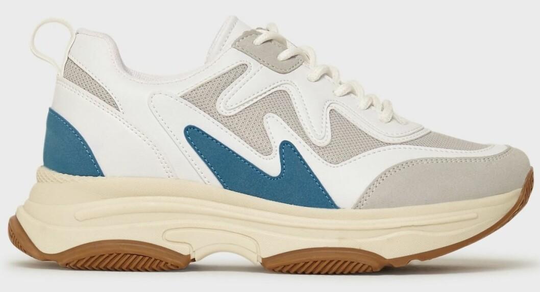 """Prisvärda""""chunky"""" sneakers med detaljer i beige, vitt och blått från Nelly."""