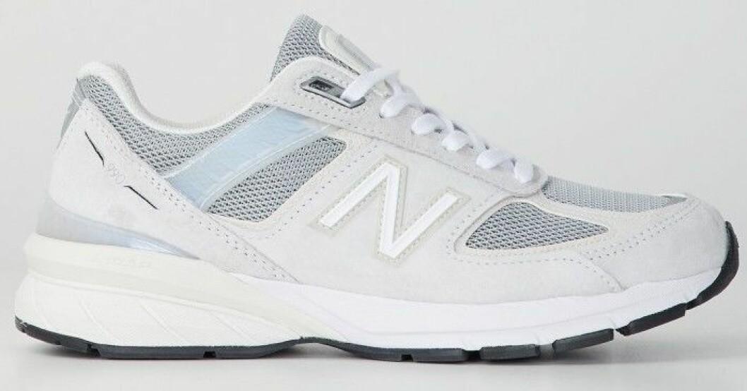 Sneakers i grått med detaljer i vitt och ljusblått från New Balance.